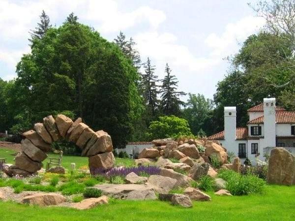 Альпийская горка и рокарий на садовом участке