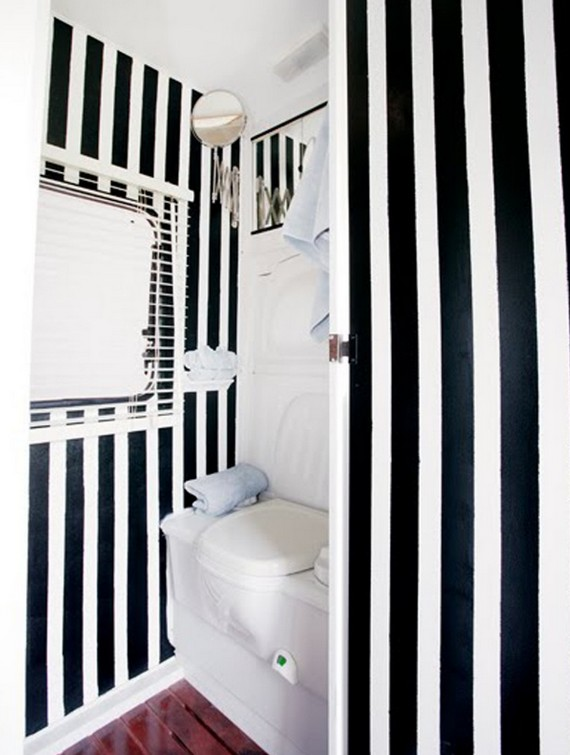 Черно белая ванная комната полосатая фото