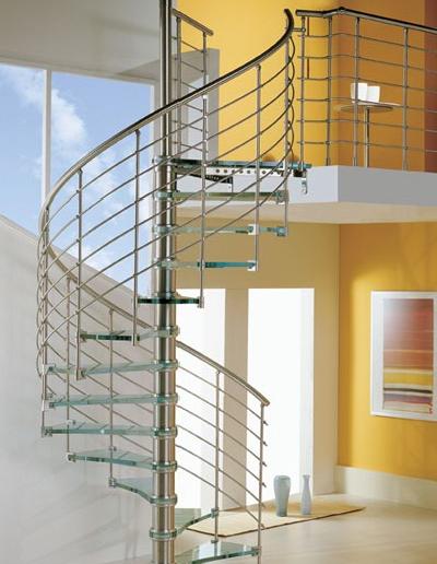 Дизайн винтовой лестницы со стеклянными ступенями