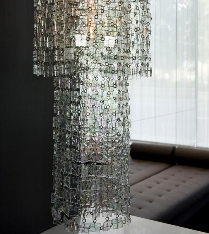 Стеклянные и зеркальные стены гостиной
