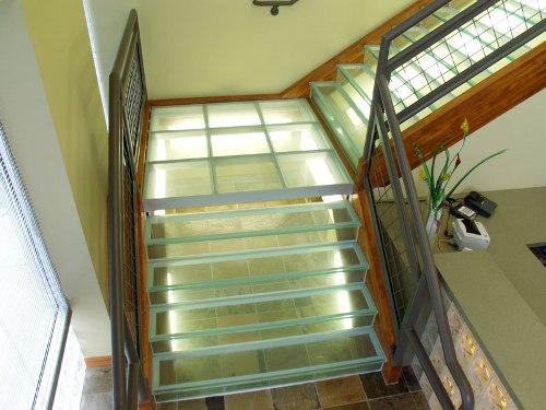 Стеклянные лестницы и ступеньки фото
