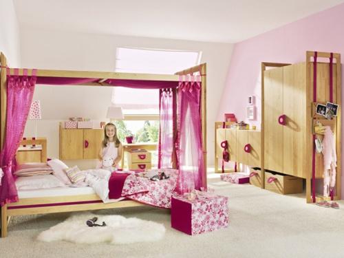 Кровать-подиум в детской комнате для девочки