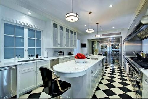 Черно-белый пол на кухне