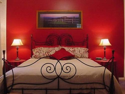 Романтический интерьер спальни на День Влюбленных