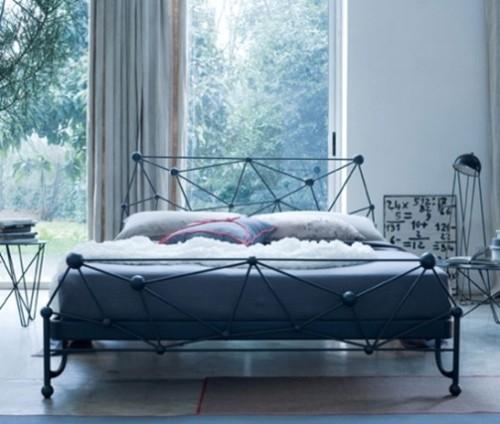 Дизайн спальни с кованой кроватью