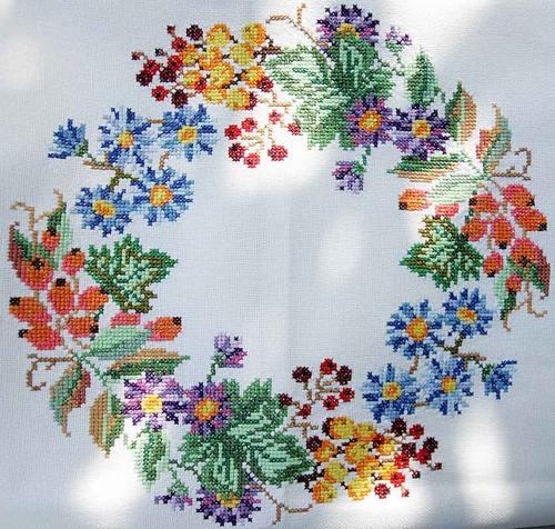 Вышивка к Пасхе - скатерть с вышитым пасхальным венком