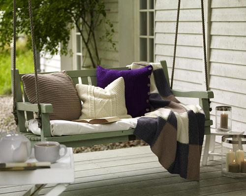 Вязаные подушки и пледы в интерьере