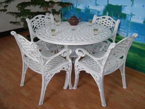 Садовая пластиковая мебель - стол и стулья