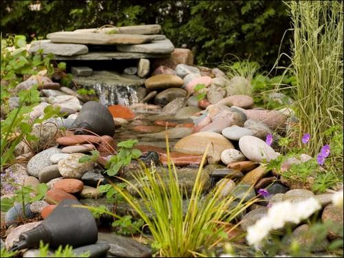 Живой ручей на даче с камнями