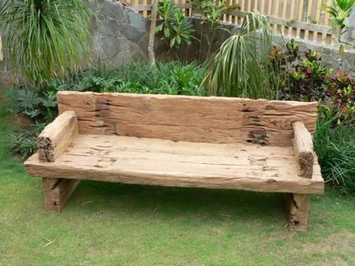 Грубая деревянная скамейка для дачи