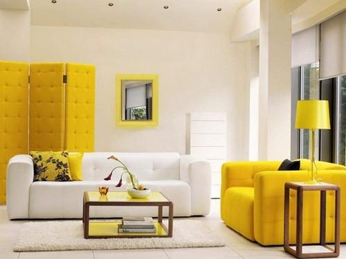 Ширмы в интерьере желто-белой гостиной