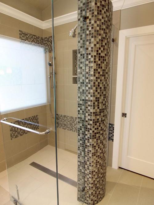 Колонны с мозаикой в ванной