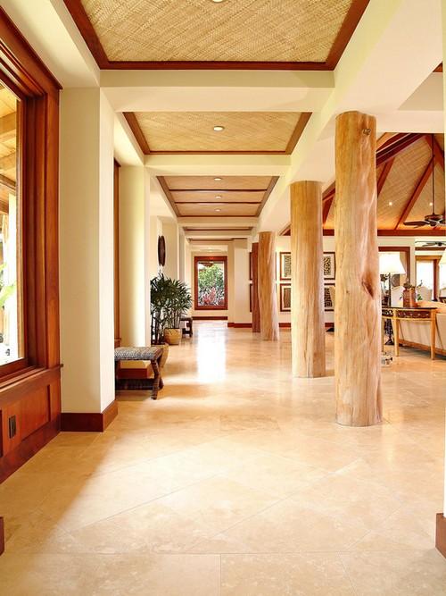Колонны из дерева в интерьере