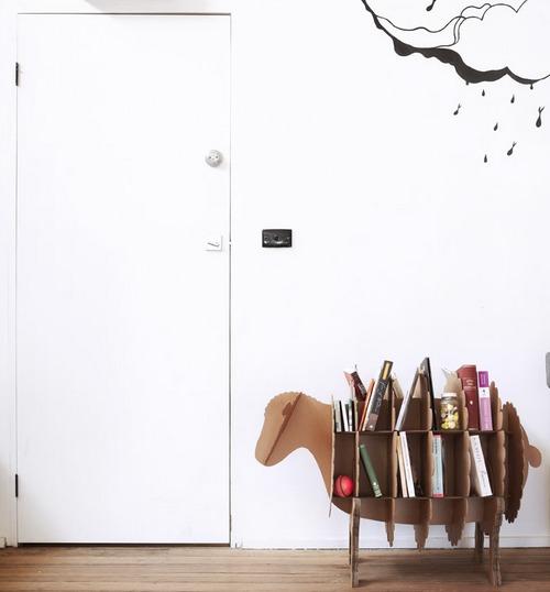 Необычные книжные полки для детской комнаты из картона