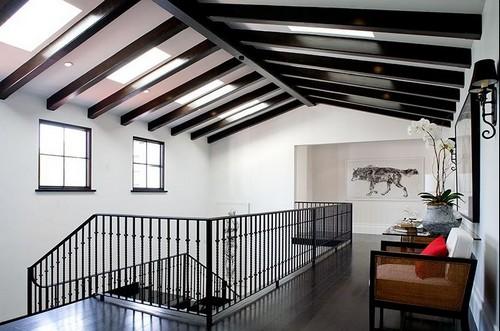 Балки на потолке в современном интерьере