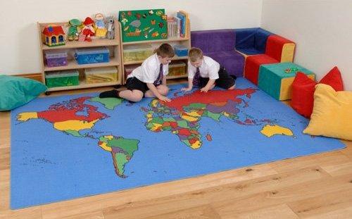 Ковер с картой мира в интерьера