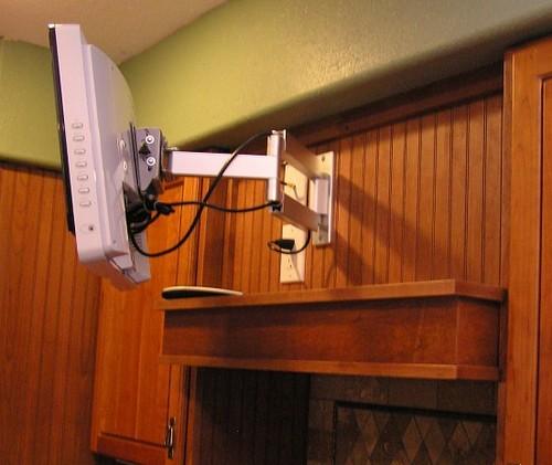 Где повесить телевизор на кронштейне на кухне