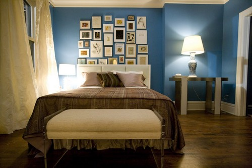 Голубой и коричневый в интерьере спальни