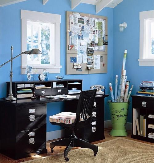 Сочетание голубого цвета в интерьере домашнего кабинета с черной мебелью