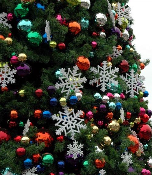 Украшение новогодней елки 2013 разноцветными шарами
