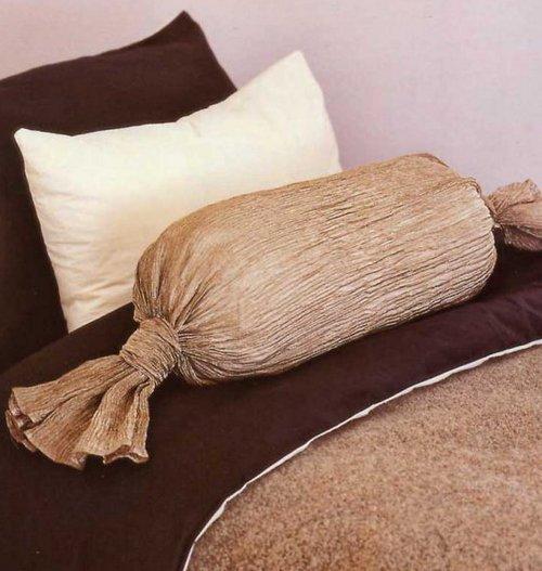Подушка-валик в виде конфеты