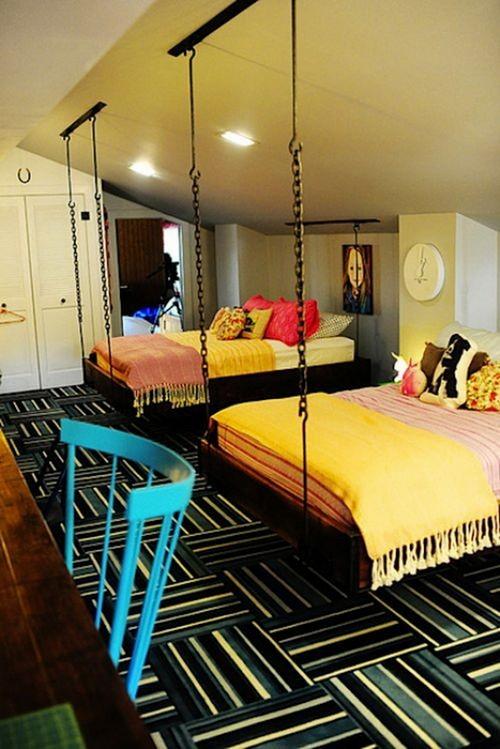 Подвесная кровать на цепях