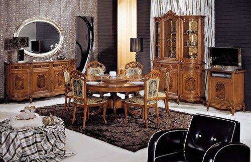 Красивая резная мебель в гостиной-столовой
