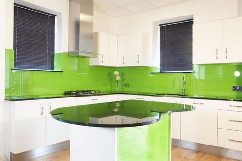 Светло-зеленая глянцевая расцветка кухонных скинали