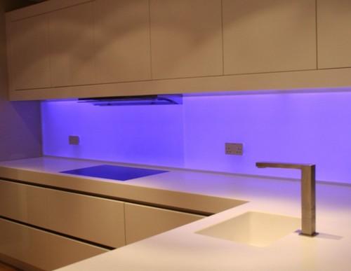 Кухонные скинали с подсветкой