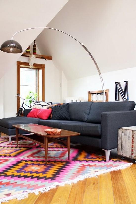 Яркий коврик для гостиной фото