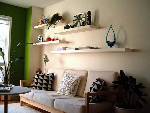Настенные полки над кроватью или диваном