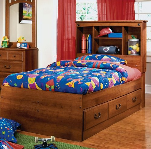Кровать с полками в изголовье