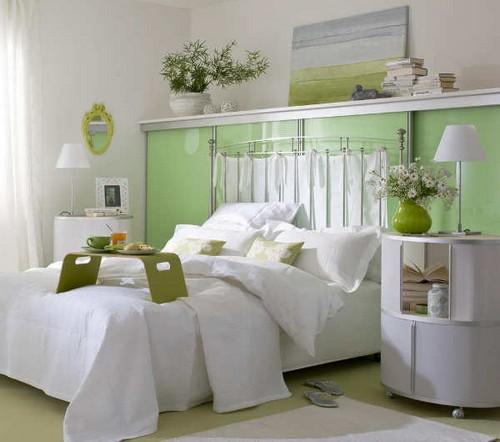 Полки над кроватью в спальне