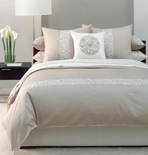 Серо-белый интерьер спальни
