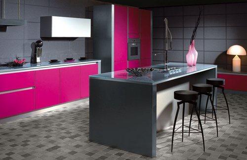 Цвет фуксии и серый цвет в интерьере кухни
