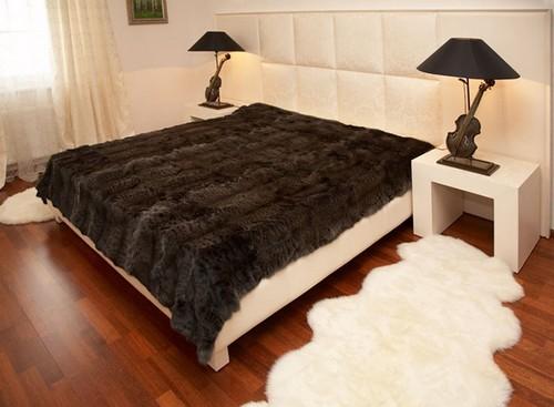 Шкуры в интерьере спальни
