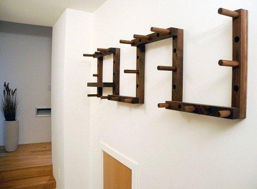 Настенная деревянная вешалка оригинальной формы