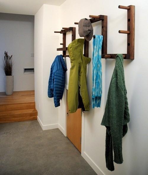 Настенная деревянная вешалка фото