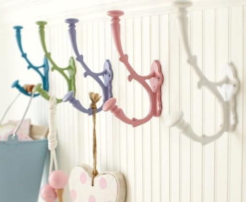 Красивые разноцветные крючки для одежды