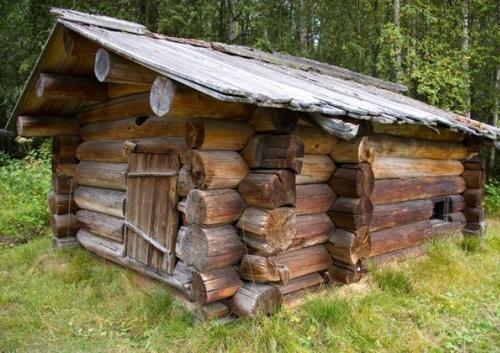 Деревянная маленькая баня для дачи