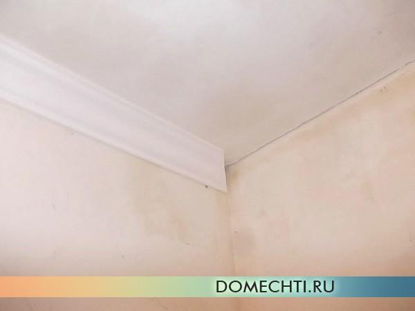 Поклейка багетов на потолок