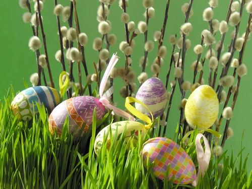 Пасхальные декорации с вербой и яйцами