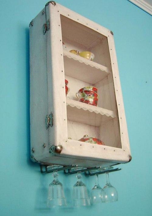 Навесной шкаф для кухни из старого чемодана