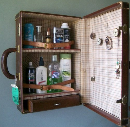 Шкафчик в ванной из старого чемодана
