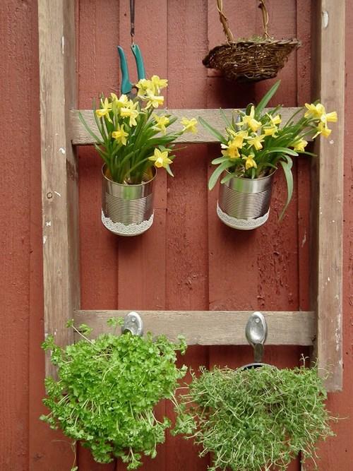 Использование старой лестницы в садовом декоре