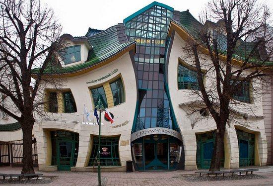 Кривой дом в Польше фото