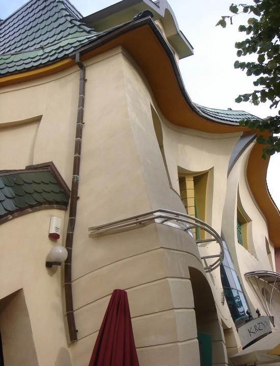 Чудо архитектуры - кривой дом Сопота вид сбоку