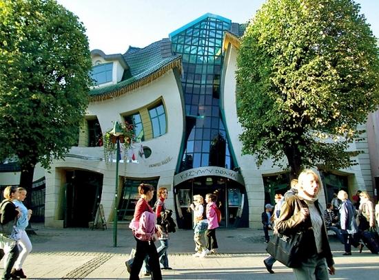 Фото кривого дома в Польше