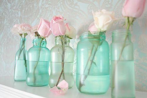 Вазочки из стеклянных бутылок и банок