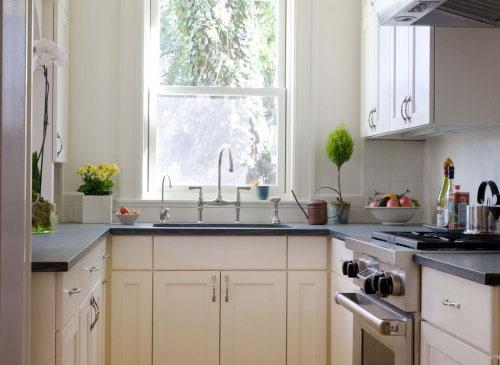 рабочая зона кухни вдоль окна